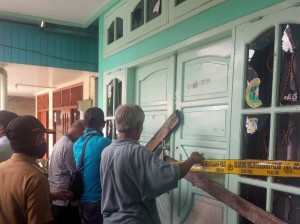 Warga setempat menyegel rumah tersangka (foto : syifa)