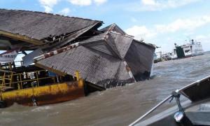Atap dermaga ambruk, menyentuh permukaan air laut.