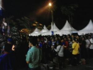 Penonton antre menjalani pemeriksaan sebelum masuk stadion. INIBALIKPAPAN/anang achied