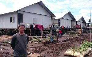 Edwar (38) eks Gafatar Samboja diantara deretan rumah-rumah mereka tempati selama 5 bulan yang didesign oleh Djalil