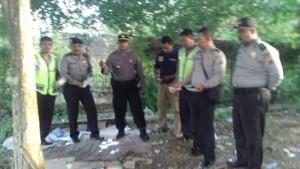 Polisi di lokasi perjudian terminal Batu Ampar.(foto: syfa)