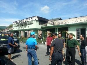 Peninjauan oleh pejabat terkait di lokasi kantor yang terbakar.(foto: Pendam VI/Mulawarman)