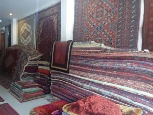 Al-Wahhab karpet menyediakan beragam karpet handmade maupun buatan mesin (foto : Rahmadaty)