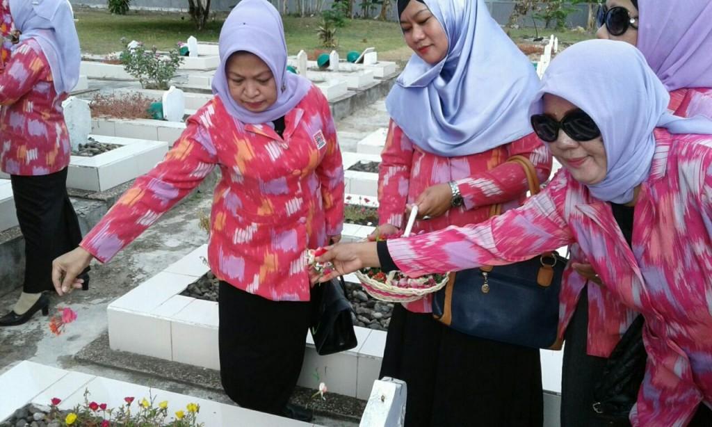 Ketua IWSS Bersatu Hj Hasnah Djamaluddin (kiri) bersama anggotanya saat tabur bunga di TMP Dharma Agung