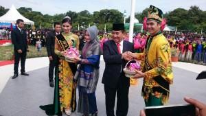 Wakil Gubernur Kaltim dan istri mendapat buah naga.(foto: andi)