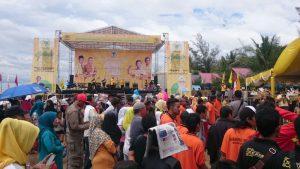 Ribuan kader dan simpatisan Golkar di depan panggung hiburan.(foto: andi amir)